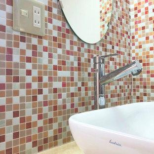 他の地域の小さいエクレクティックスタイルのおしゃれなトイレ・洗面所 (インセット扉のキャビネット、赤いキャビネット、ピンクのタイル、モザイクタイル、ピンクの壁、リノリウムの床、オーバーカウンターシンク、木製洗面台、ベージュの床、ピンクの洗面カウンター、造り付け洗面台、クロスの天井、壁紙) の写真