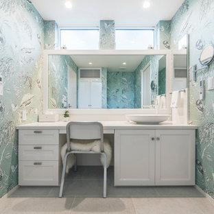 ヴィクトリアン調のおしゃれなトイレ・洗面所 (白いキャビネット、緑の壁、ベージュの床、白い洗面カウンター、落し込みパネル扉のキャビネット、ベッセル式洗面器) の写真