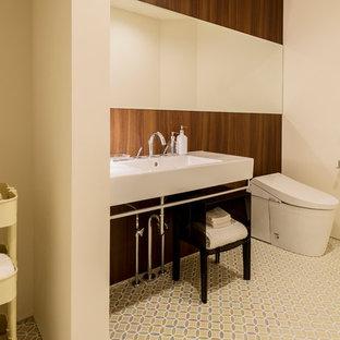 他の地域の広いモダンスタイルのおしゃれなトイレ・洗面所 (白い壁、ペデスタルシンク、マルチカラーの床) の写真