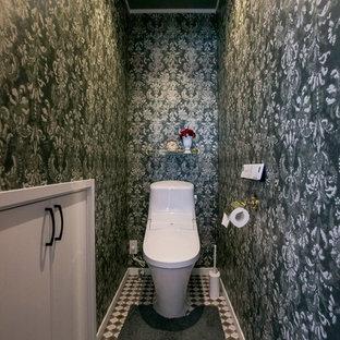 東京都下のヴィクトリアン調のおしゃれなトイレ・洗面所 (一体型トイレ、マルチカラーの壁、マルチカラーの床) の写真
