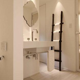 神戸のモダンスタイルのおしゃれなトイレ・洗面所 (白い壁、塗装フローリング、壁付け型シンク、グレーの床) の写真