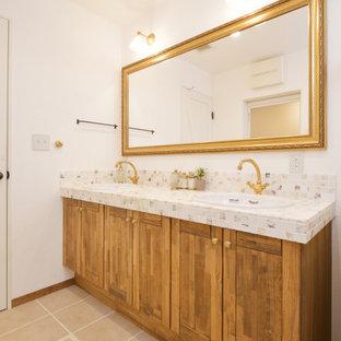 Идея дизайна: большой туалет в стиле шебби-шик с открытыми фасадами, черно-белой плиткой, плиткой мозаикой, белыми стенами, паркетным полом среднего тона, столешницей из плитки, коричневым полом и коричневой столешницей