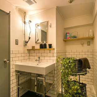 他の地域のインダストリアルスタイルのおしゃれなトイレ・洗面所 (オープンシェルフ、白い壁、コンソール型シンク、グレーの床) の写真