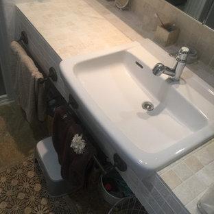 Пример оригинального дизайна: маленький туалет в стиле шебби-шик с плоскими фасадами, белыми фасадами, бежевой плиткой, плиткой из травертина, белыми стенами, полом из травертина, врезной раковиной, столешницей из травертина, бежевым полом и бежевой столешницей