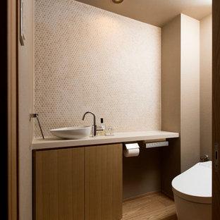 東京23区のモダンスタイルのおしゃれなトイレ・洗面所 (セラミックタイルの床) の写真