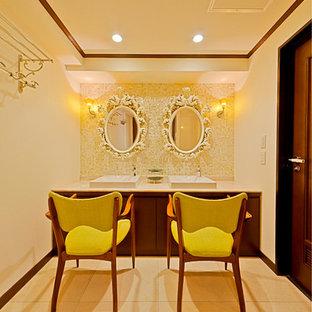 福岡のトラディショナルスタイルのおしゃれなトイレ・洗面所 (フラットパネル扉のキャビネット、中間色木目調キャビネット、白いタイル、黄色いタイル、ベージュの壁、大理石の床、ベッセル式洗面器、大理石の洗面台、ベージュの床) の写真