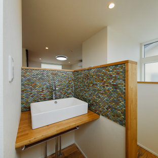 Mittelgroße Moderne Gästetoilette mit offenen Schränken, weißen Schränken, farbigen Fliesen, Mosaikfliesen, weißer Wandfarbe, dunklem Holzboden, Einbauwaschbecken, Zink-Waschbecken/Waschtisch, braunem Boden, brauner Waschtischplatte, eingebautem Waschtisch, Tapetendecke und Tapetenwänden in Tokio Peripherie