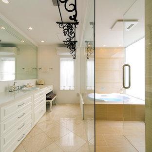 ヴィクトリアン調のおしゃれなトイレ・洗面所 (レイズドパネル扉のキャビネット、白いキャビネット、白い壁、オーバーカウンターシンク、ベージュの床) の写真