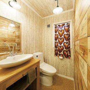 東京都下のラスティックスタイルのおしゃれなトイレ・洗面所 (木製洗面台、茶色い床、オープンシェルフ、茶色い壁、ベッセル式洗面器) の写真