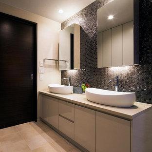 モダンスタイルのおしゃれなトイレ・洗面所 (ベージュのキャビネット、モノトーンのタイル、マルチカラーの壁、ベッセル式洗面器、ベージュの床、ブラウンの洗面カウンター) の写真