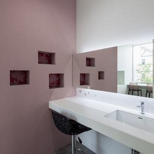 На фото: туалеты в стиле модернизм с фиолетовыми стенами