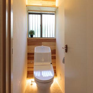 Exemple d'un petit WC et toilettes moderne avec un WC à poser, un mur blanc, un sol en linoléum et un sol gris.