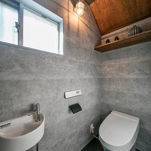 名古屋のコンテンポラリースタイルのおしゃれなトイレ・洗面所 (オープンシェルフ、中間色木目調キャビネット、グレーの壁、グレーの床、壁付け型シンク) の写真