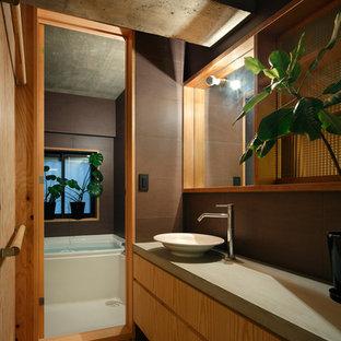 東京23区のミッドセンチュリースタイルのおしゃれなトイレ・洗面所 (フラットパネル扉のキャビネット、中間色木目調キャビネット、茶色い壁、無垢フローリング、ベッセル式洗面器、茶色い床) の写真