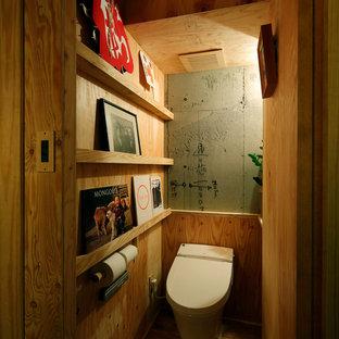 東京23区のミッドセンチュリースタイルのおしゃれなトイレ・洗面所 (茶色い壁、無垢フローリング、茶色い床) の写真