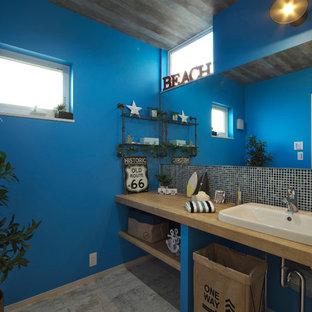 他の地域のビーチスタイルのおしゃれなトイレ・洗面所の写真