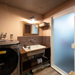 他の地域の中くらいのインダストリアルスタイルのおしゃれなトイレ・洗面所 (モザイクタイル、クッションフロア、アンダーカウンター洗面器、茶色い床、白い洗面カウンター) の写真