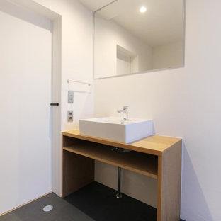 東京23区のインダストリアルスタイルのおしゃれなトイレ・洗面所 (白い壁、ベッセル式洗面器、グレーの床) の写真