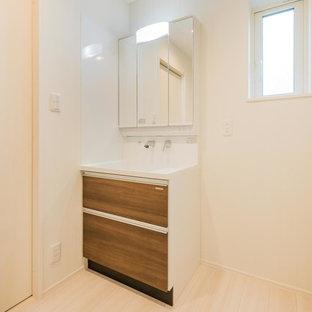 Imagen de aseo asiático con armarios tipo mueble, puertas de armario de madera oscura, paredes blancas, suelo de contrachapado, lavabo integrado, encimera de madera y suelo blanco
