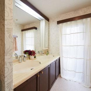 Идея дизайна: туалет в викторианском стиле с темными деревянными фасадами, оранжевой плиткой, полом из винила, столешницей из искусственного камня, белым полом и белой столешницей