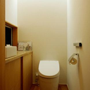 Стильный дизайн: туалет среднего размера в скандинавском стиле с коричневыми фасадами - последний тренд