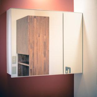 Imagen de aseo asiático, pequeño, con armarios con rebordes decorativos, puertas de armario blancas, paredes rojas, suelo de madera pintada, lavabo bajoencimera, suelo marrón y encimeras blancas