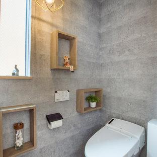 Industrial Gästetoilette mit grauer Wandfarbe und grauem Boden in Nagoya