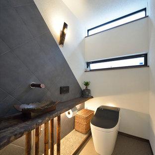 Diseño de aseo de estilo zen con paredes multicolor, lavabo sobreencimera y suelo gris
