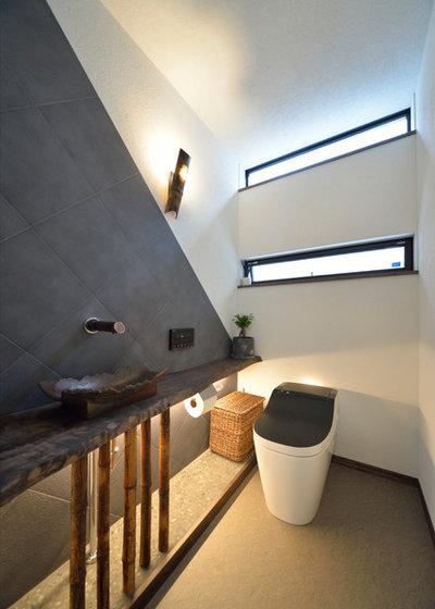Asiatique Toilettes by 雑誌バイザシー編集部・フォトサービス