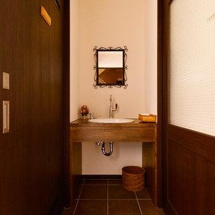 東京23区の地中海スタイルのおしゃれなトイレ・洗面所 (白い壁、茶色い床) の写真