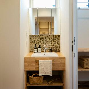Idées déco pour un petit WC et toilettes montagne avec un placard sans porte, des portes de placard blanches, carrelage en mosaïque, un mur blanc, un sol en bois brun, un lavabo encastré, un plan de toilette en bois, un sol marron, un plan de toilette marron, meuble-lavabo encastré, un plafond en papier peint et du papier peint.