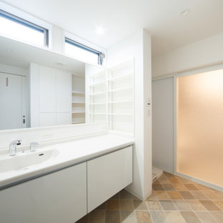 Idées déco pour un WC et toilettes moderne de taille moyenne avec un mur blanc, un sol en linoléum, un plan de toilette en surface solide, un sol beige et un plan de toilette blanc.