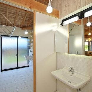 他の地域の中サイズのラスティックスタイルのおしゃれなトイレ・洗面所 (分離型トイレ、白いタイル、磁器タイル、白い壁、磁器タイルの床、壁付け型シンク、白い床) の写真
