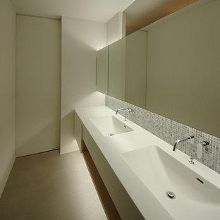他の地域のモダンスタイルのおしゃれなトイレ・洗面所 (ベージュの床) の写真