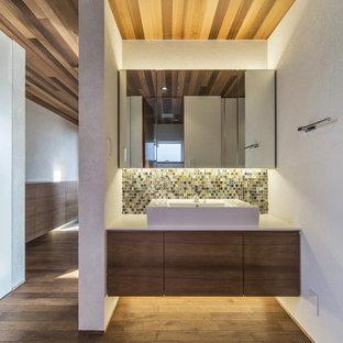 Foto på ett orientaliskt toalett, med vita väggar