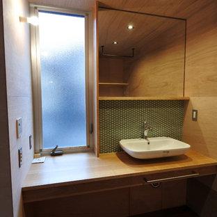 Источник вдохновения для домашнего уюта: туалет в стиле модернизм с зеленой плиткой, керамогранитной плиткой, коричневыми стенами, настольной раковиной, столешницей из меди и коричневой столешницей
