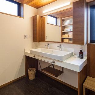 Неиссякаемый источник вдохновения для домашнего уюта: туалет в современном стиле с белыми стенами и полом из линолеума