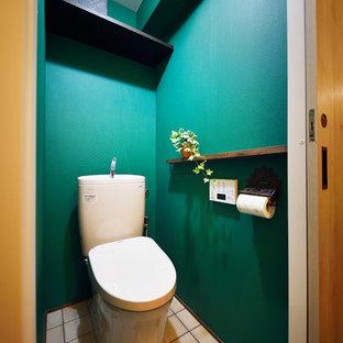 Ejemplo de aseo asiático con paredes verdes, suelo de baldosas de terracota y suelo marrón