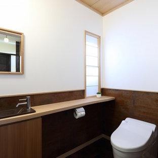 京都の中くらいの和風のおしゃれなトイレ・洗面所 (フラットパネル扉のキャビネット、中間色木目調キャビネット、マルチカラーの壁、オーバーカウンターシンク、茶色い床) の写真