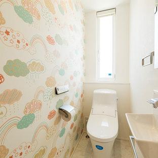 他の地域のアジアンスタイルのおしゃれなトイレ・洗面所 (マルチカラーの壁、壁付け型シンク、ベージュの床) の写真