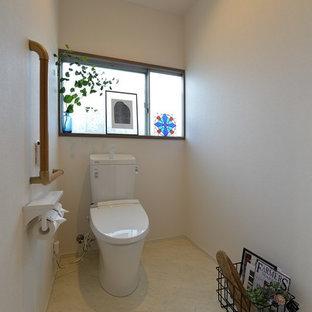 他の地域の広い和風のおしゃれなトイレ・洗面所 (白い壁、ベージュの床) の写真