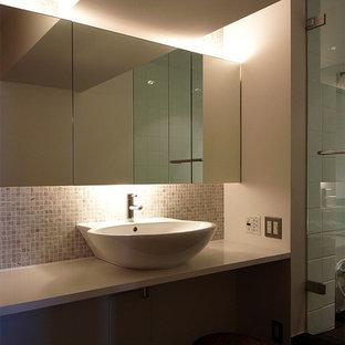 Foto di un bagno di servizio con ante di vetro, piastrelle a mosaico, pareti multicolore, lavabo a bacinella e top in legno