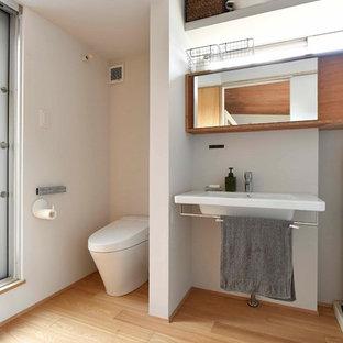 他の地域の北欧スタイルのおしゃれなトイレ・洗面所 (オープンシェルフ、白い壁、淡色無垢フローリング、コンソール型シンク、ベージュの床) の写真