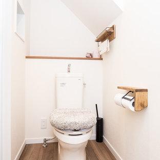 他の地域のモダンスタイルのおしゃれなトイレ・洗面所 (白い壁、濃色無垢フローリング、茶色い床) の写真