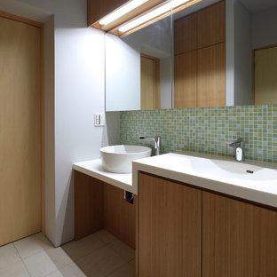 Ispirazione per un piccolo bagno di servizio etnico con consolle stile comò, piastrelle multicolore, piastrelle di vetro, pareti bianche, pavimento in gres porcellanato, lavabo integrato, top in superficie solida e pavimento grigio