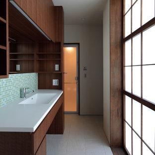 Modelo de aseo asiático, pequeño, con armarios tipo mueble, baldosas y/o azulejos multicolor, baldosas y/o azulejos de vidrio, paredes blancas, suelo de baldosas de porcelana, lavabo integrado, encimera de acrílico y suelo gris