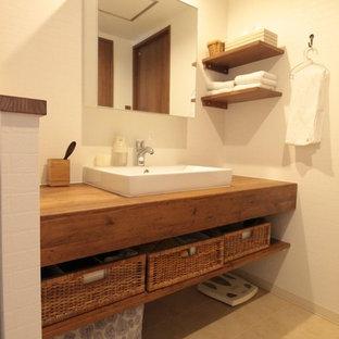 横浜の北欧スタイルのおしゃれなトイレ・洗面所 (オープンシェルフ、白い壁、クッションフロア、木製洗面台、ベージュの床、ブラウンの洗面カウンター) の写真