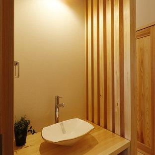 Ejemplo de aseo asiático con encimera de madera