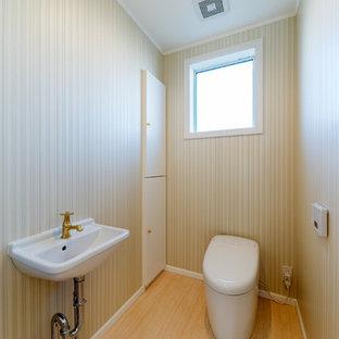 横浜のトラディショナルスタイルのおしゃれなトイレ・洗面所 (ベージュの壁、コンソール型シンク、ベージュの床) の写真