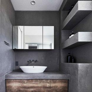 Свежая идея для дизайна: туалет в стиле лофт с плоскими фасадами, коричневыми фасадами, серыми стенами, настольной раковиной, столешницей из бетона и серым полом - отличное фото интерьера